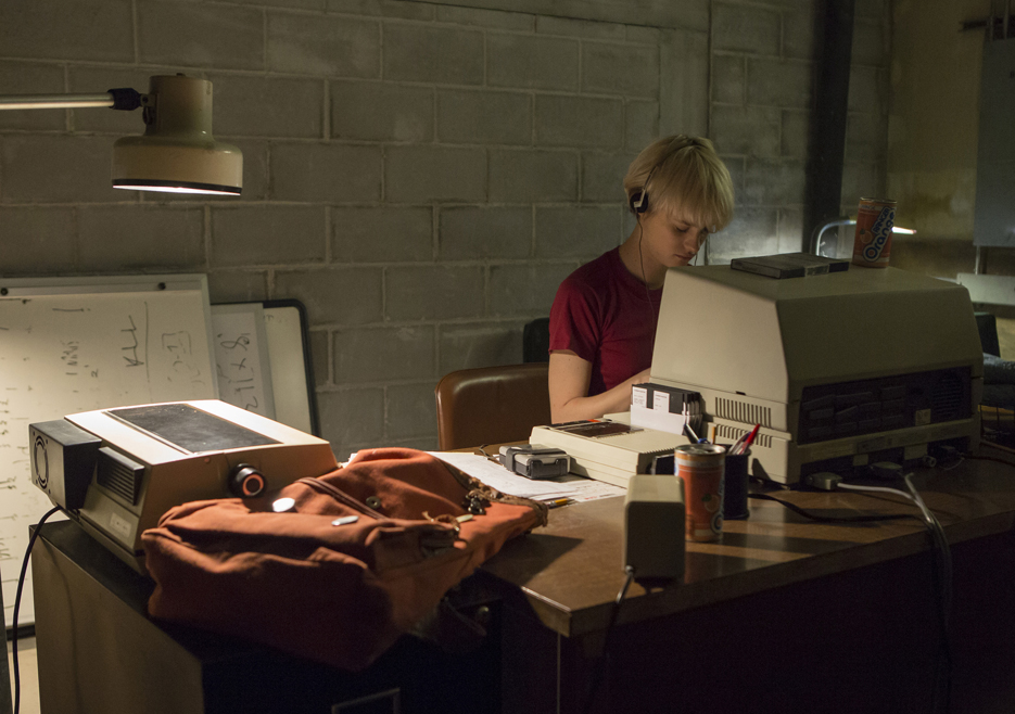 Halt and Catch Fire: Mackenzie Davis durante una scena dell'episodio Landfall