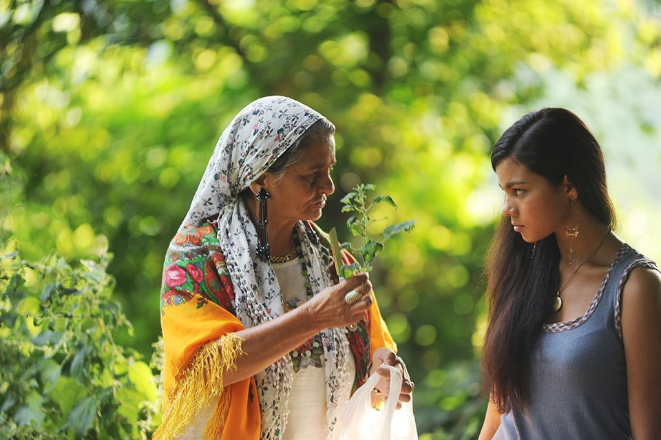 Io rom romantica: Claudia Ruza Djordjevic con la nonna Zema Hamidovic in una scena del film