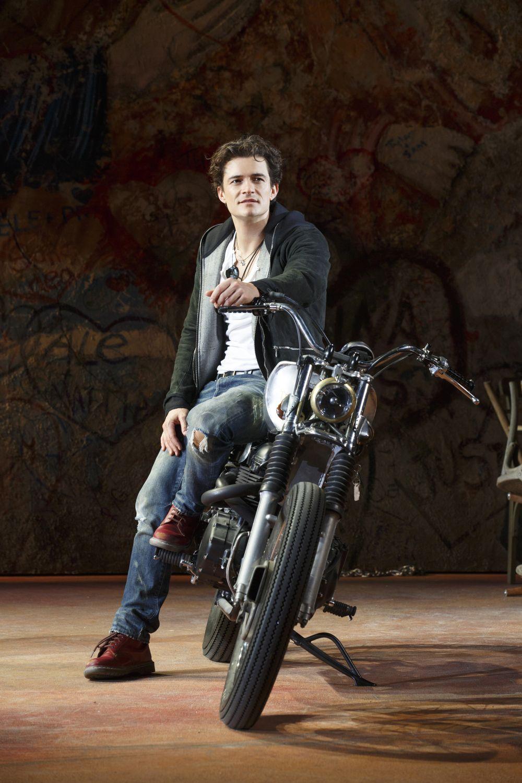 Romeo e Giulietta - Il musical da Broadway: Orlando Bloom nei panni di un moderno Romeo in una scena dell'evento cineteatrale