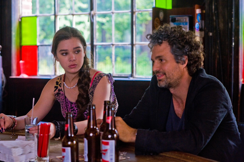 Begin Again - Tutto può cambiare: Hailee Steinfeld e Mark Ruffalo al bar