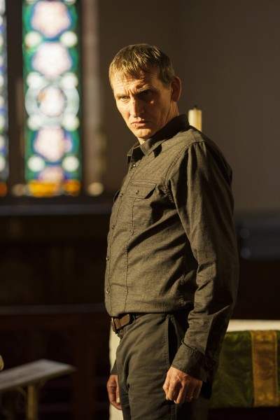 The Leftovers: Christopher Eccleston in un momento dell'episodio Two Boats and a Helicopter