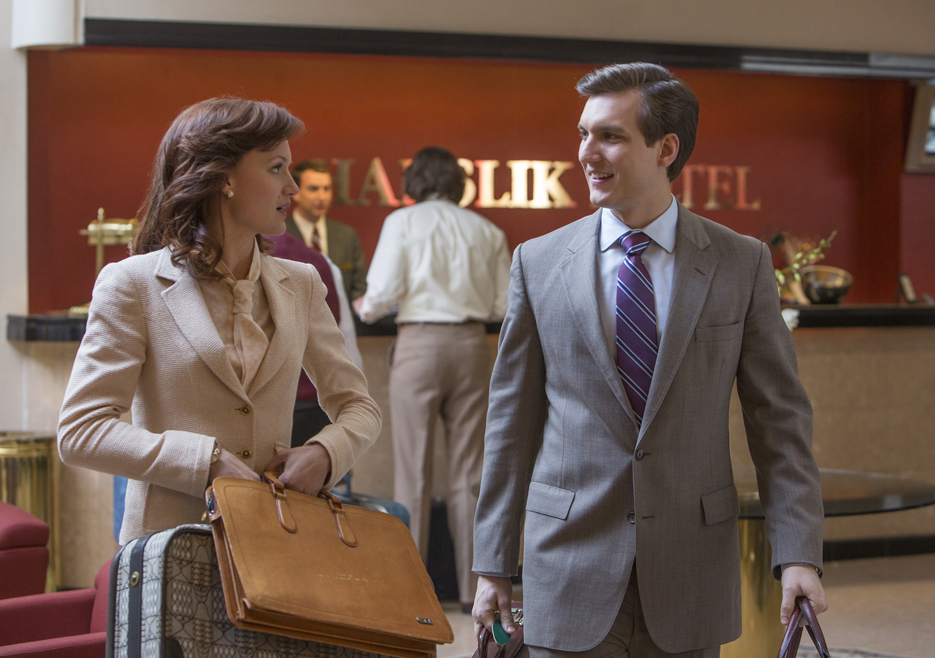 Halt and Catch Fire: Kerry Bishé e Scott Michael Foster in un momento dell'episodio Giant