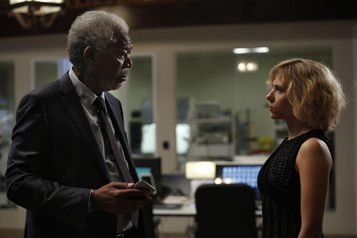 Lucy: Scarlett Johansson e Morgan Freeman in una scena del film