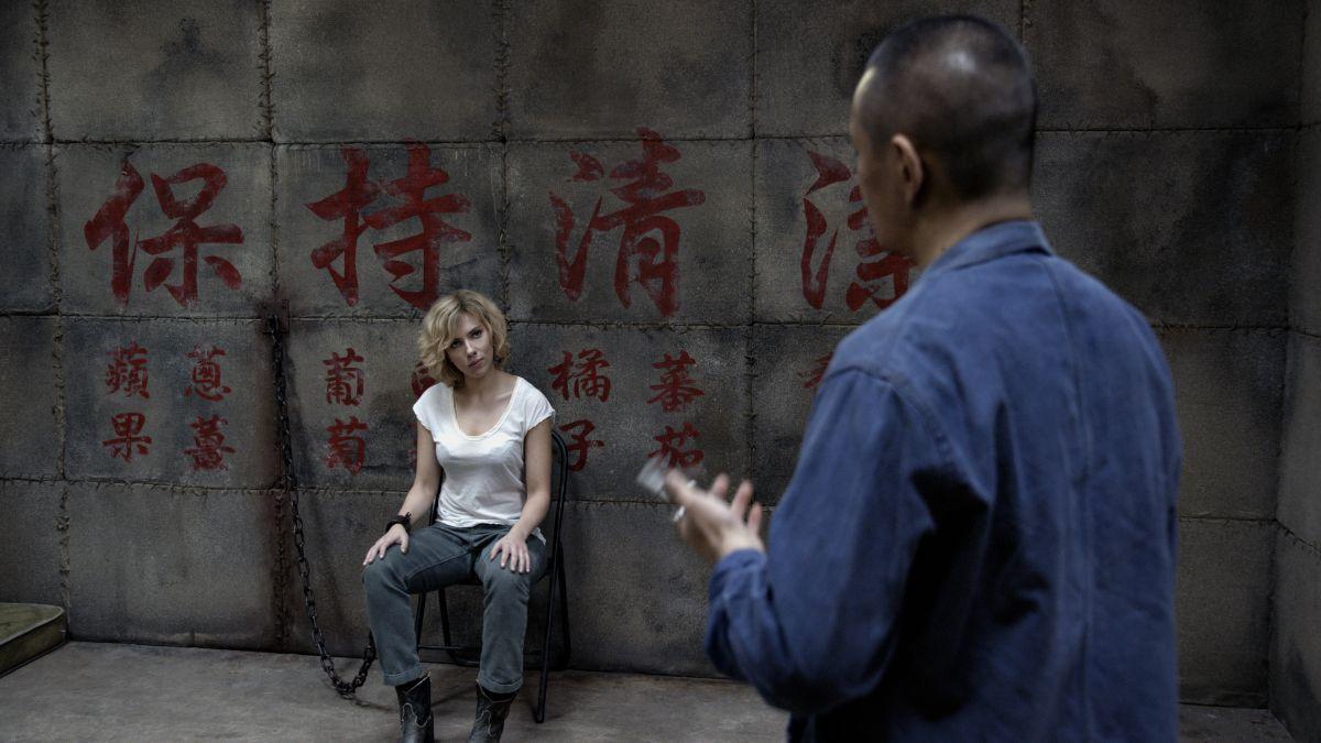 Lucy: Scarlett Johansson legata a una sedia in un pericoloso momento