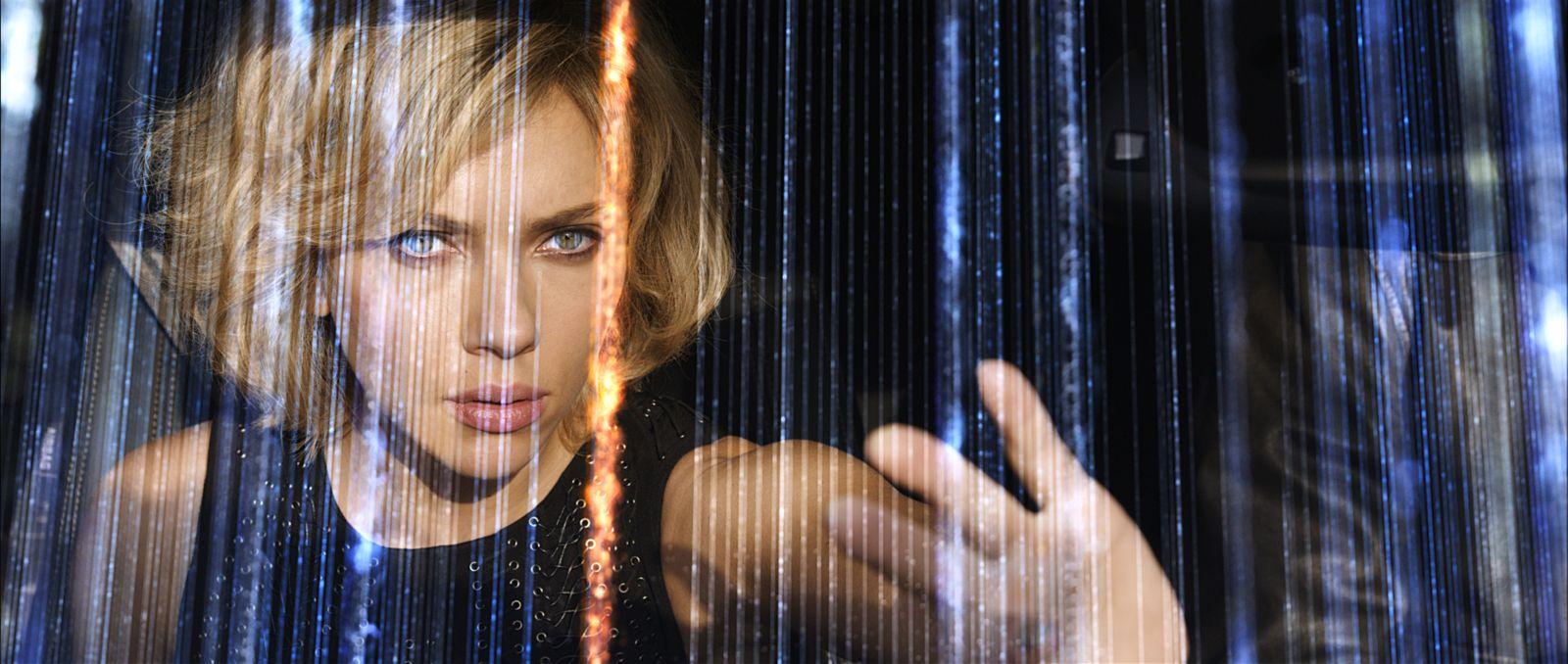 Lucy: un primo piano di Scarlett Johansson attraverso un vetro