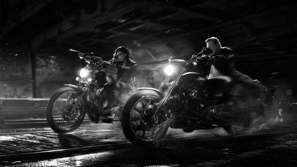 Sin City - Una donna per cui uccidere: Mickey Rourke e Jessica Alba in motocicletta
