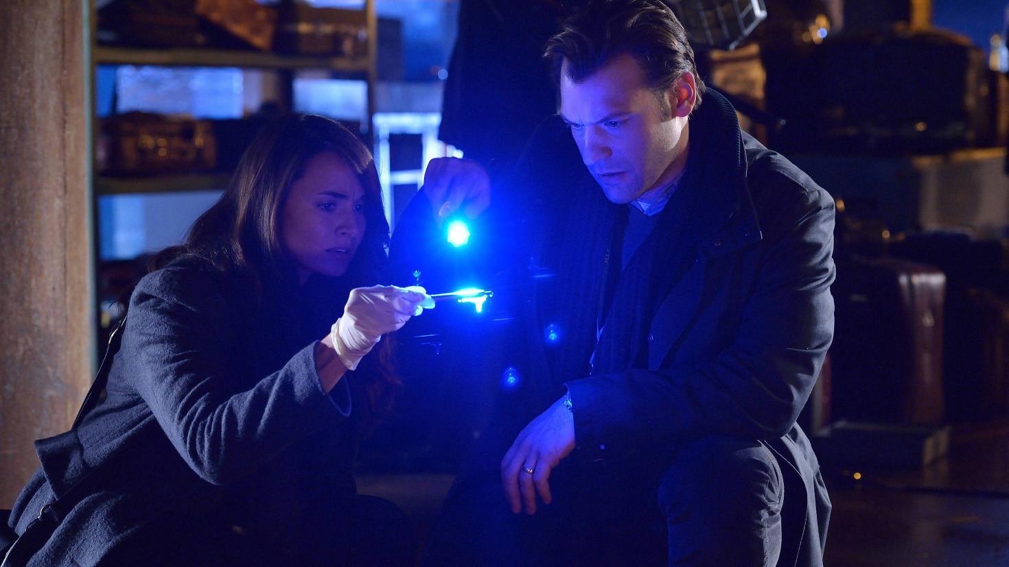The Strain: Mia Maestro e Corey Stoll nell'episodio The Box