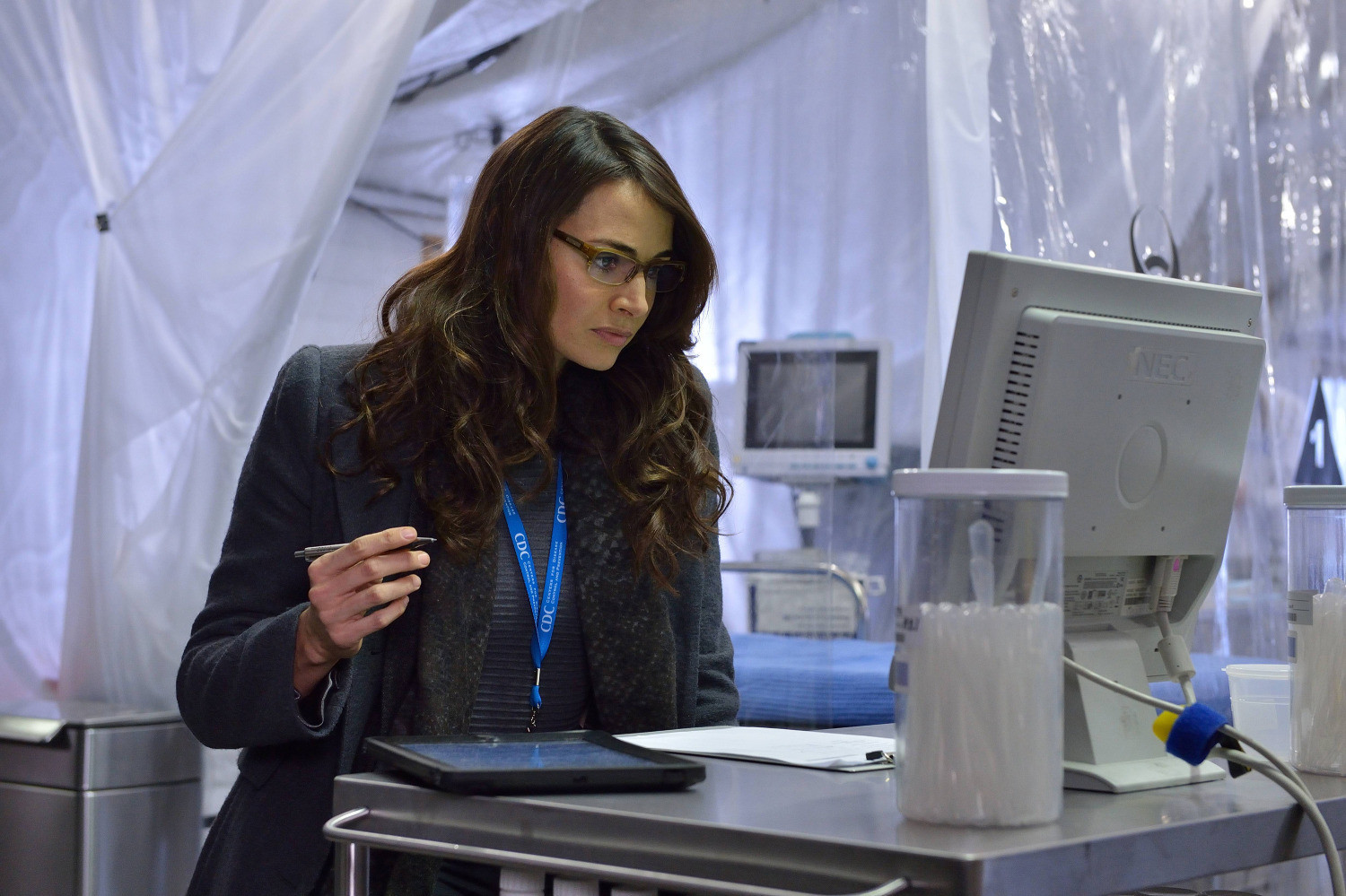 The Strain: Mia Maestro in una scena dell'episodio The Box