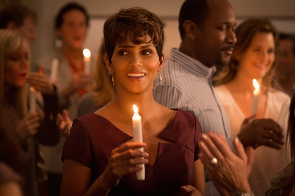 Extant: Halle Berry durante una scena dell'episodio Wish You Were Here
