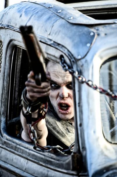 Mad Max: Nicholas Hoult punta la pistola verso il suo nemico