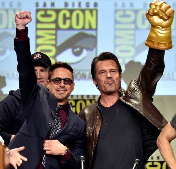 Comic-Con: Marvel Cinema - Josh Brolin e Robert Downey Jr. in un momento del panel