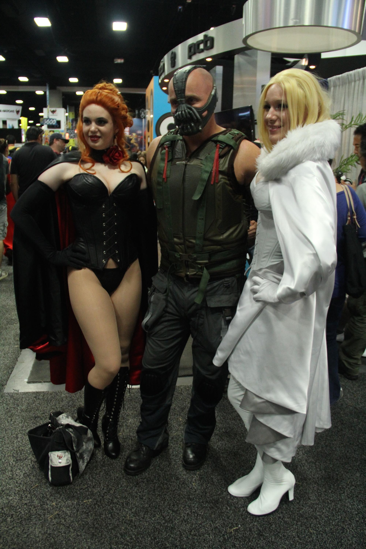 Comic-Con 2014: un cosplayer di Bane in buona compagnia