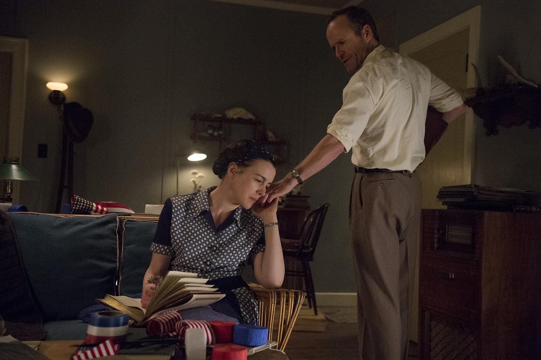 Manhattan: Olivia Williams e John Benjamin Hickey nel pilot della serie