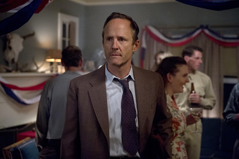 Manhattan: John Benjamin Hickey nel pilot della serie