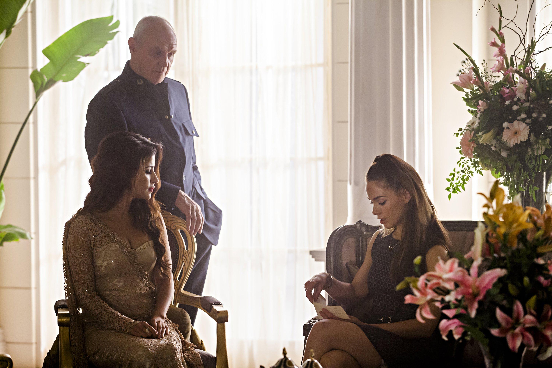 Dominion: Alan Dale, Roxanne McKee, Shivani Ghai nell'episodio Black Eyes Blue