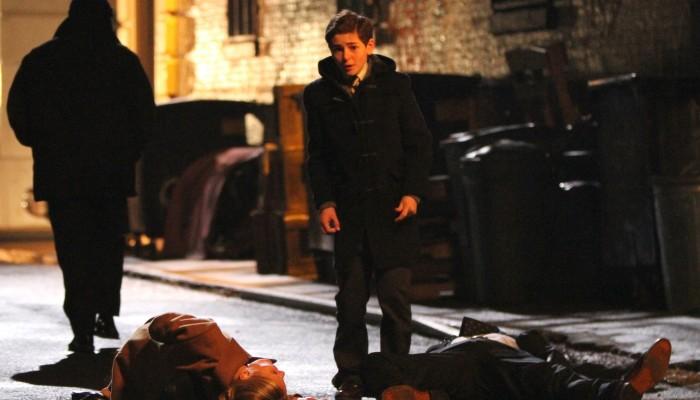 Gotham: David Mazouz interpreta Bruce Wayne nella scena dell'omicidio dei genitori