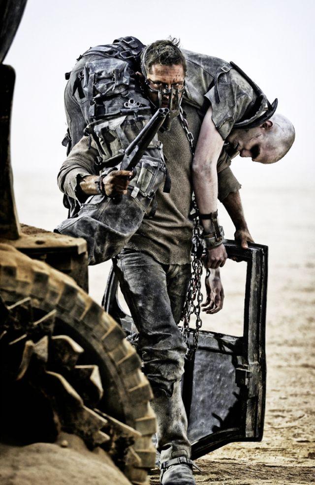 Mad Max: Fury Road - Tom Hardy porta un prigioniero incatenato in spalla