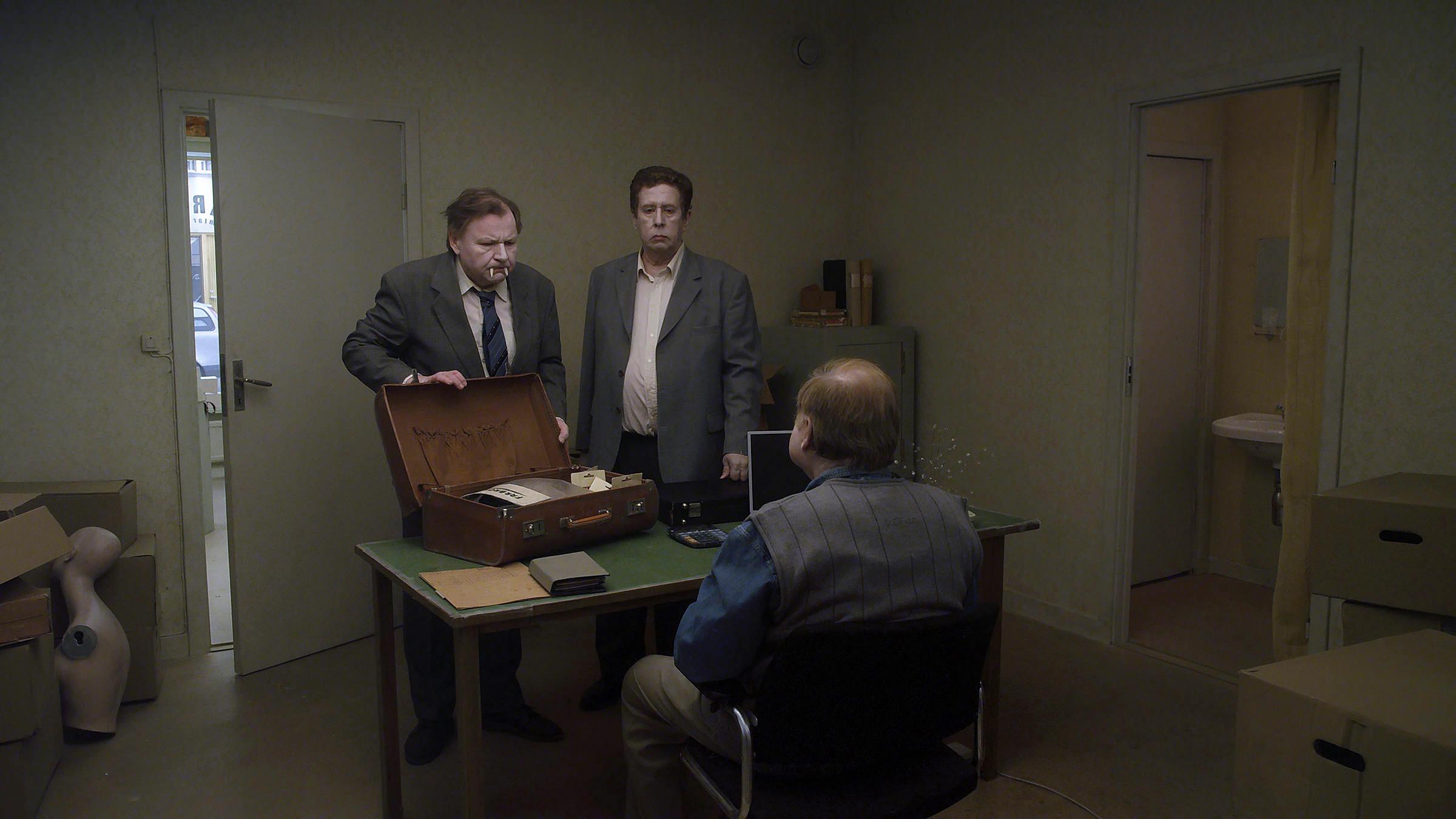 Un piccione seduto su un ramo riflette sull'esistenza: Nisse Vestblom e Holger Andersson in una scena del film