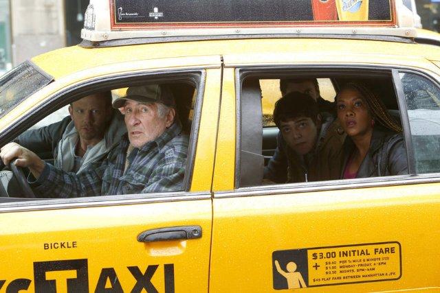Sharknado 2: Vivica A. Fox, Ian Ziering e Dante Palminteri in una scena