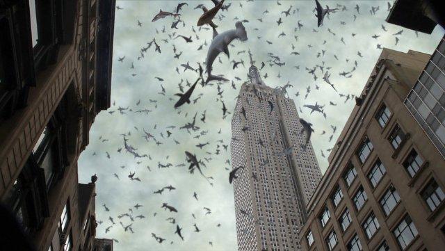Sharknado 2: pioggia di squali in una scena del film SyFy