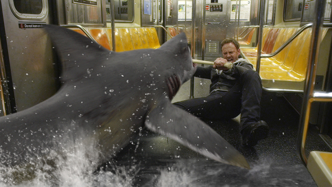 Sharknado 2: The Second One - Ian Ziering combatte gli squali in metropolitana