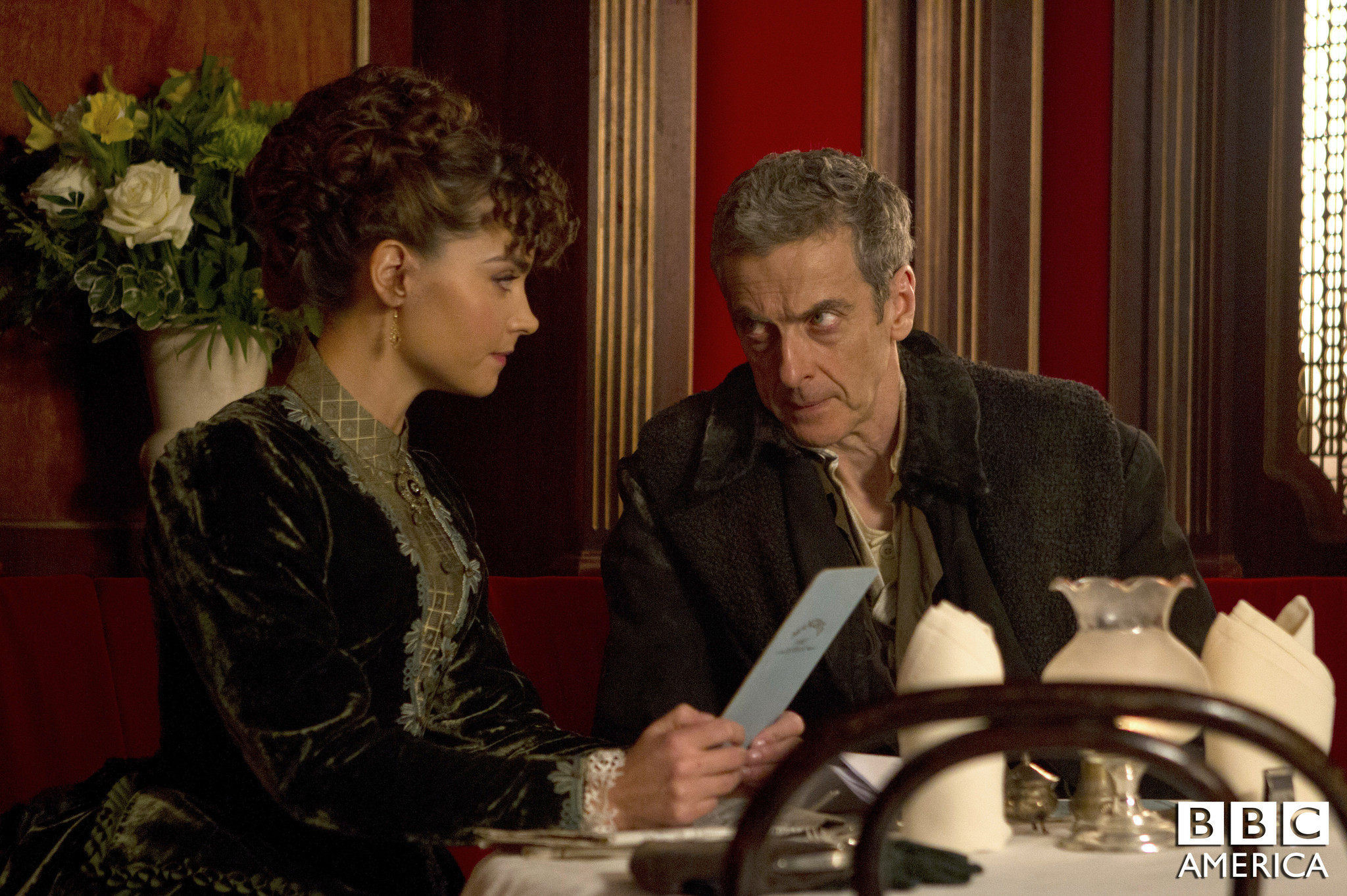 Doctor Who: Jenna Coleman e Peter Capaldi nell'episodio Deep Breath