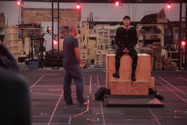 Deadpool: Ryan Reynolds durante i test video con indosso una camzamaglia nera