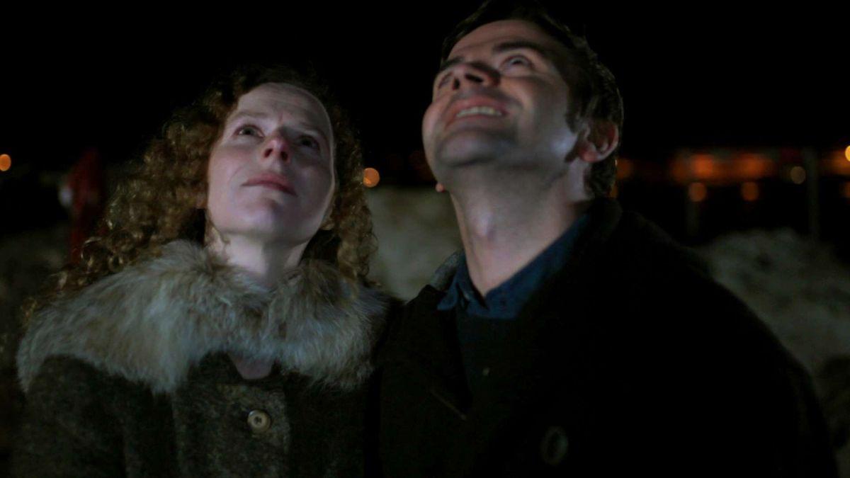Astrid Adverbe e Pascal Cervo guardano il cielo in una scena di White Nights on the Pier