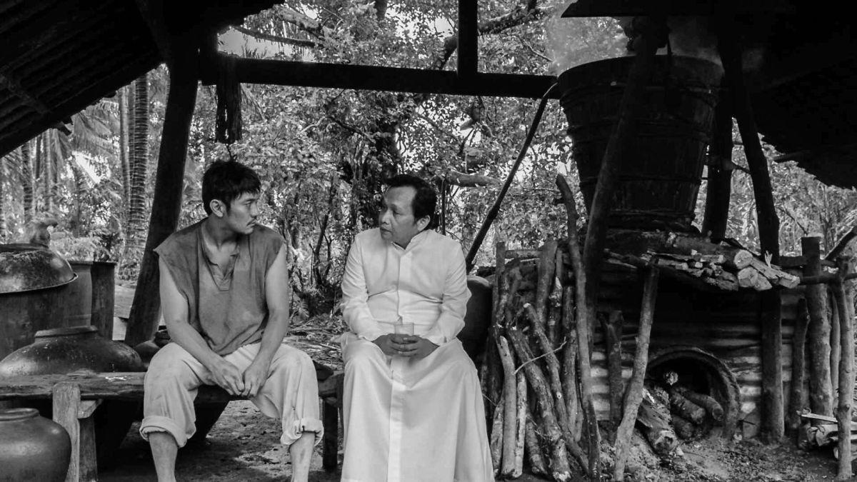 From What Is Before: Joel Saracho con Roeder Camañag in una scena del film