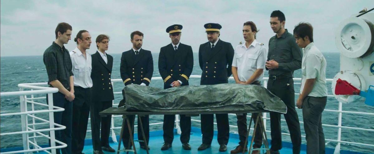 Fidelio (L'odyssée d'Alice): cerimonia funebre a bordo in una scena del film