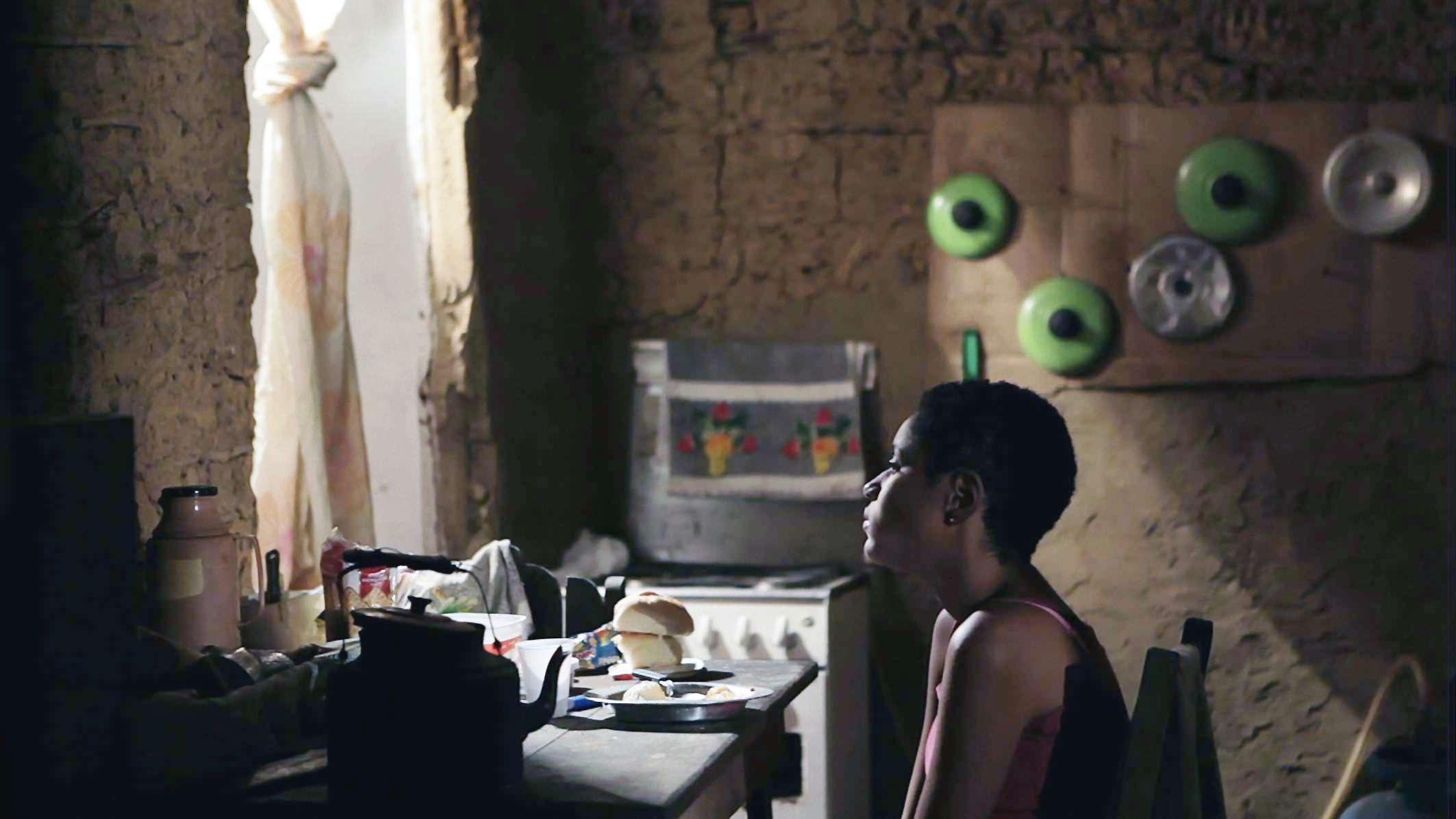 Ventos de agosto:  Dandara De Morais nei panni di Shirley in una scena del film