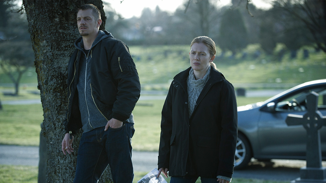 The Killing: Joel Kinnaman e Mireille Enos nell'episodio Blood in the Water