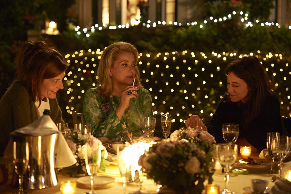 Tre cuori: Catherine Deneuve, Charlotte Gainsbourg e Chiara Mastroianni in un momento del film