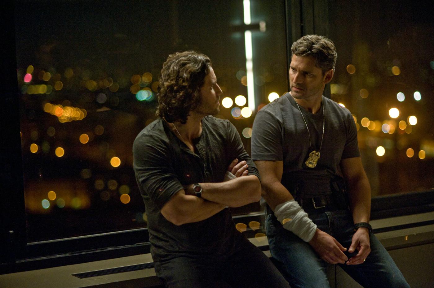 Liberaci dal male: Eric Bana con Edgar Ramirez in una scena