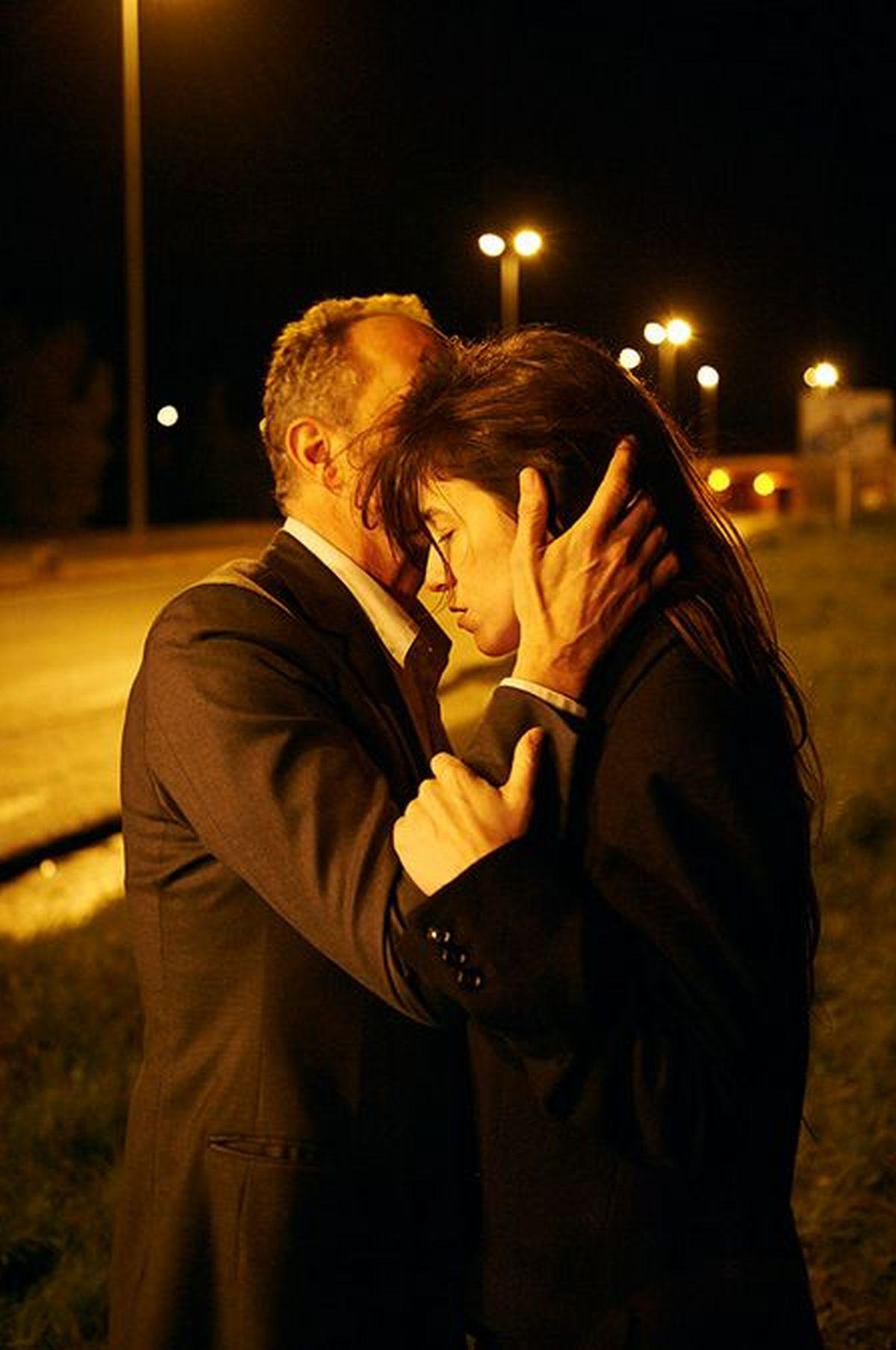 Tre cuori: Benoît Poelvoorde in una tenera scena con Charlotte Gainsbourg