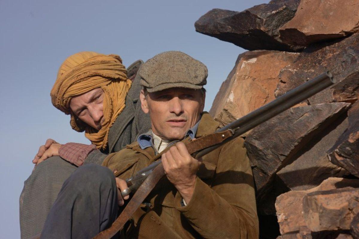 Loin des hommes: Viggo Mortensen insieme a Reda Kateb in una scena del film
