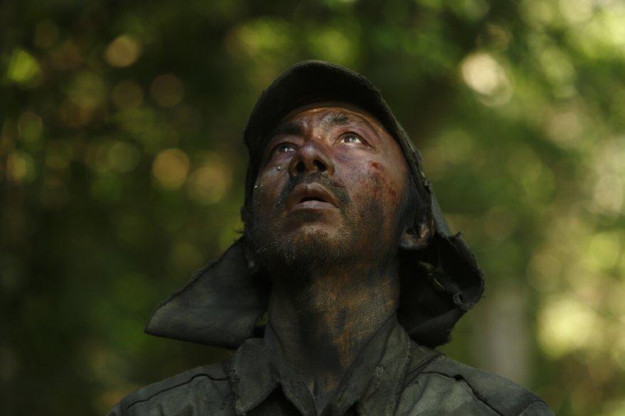 Fires on the Plain: primo piano di un soldato tratto dal film