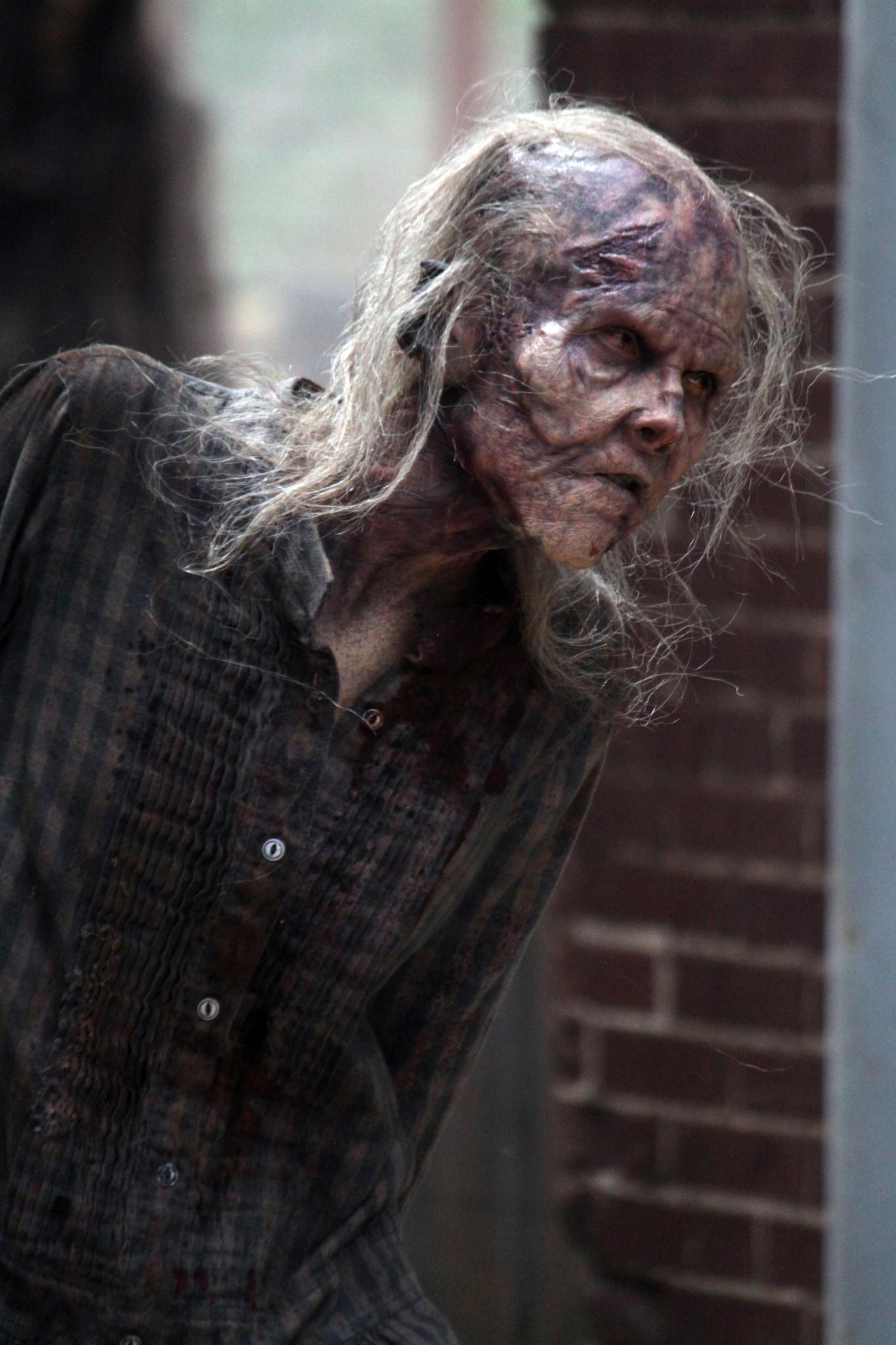 The Walking Dead: uno dei walker si aggira nella premiere della quinta stagione