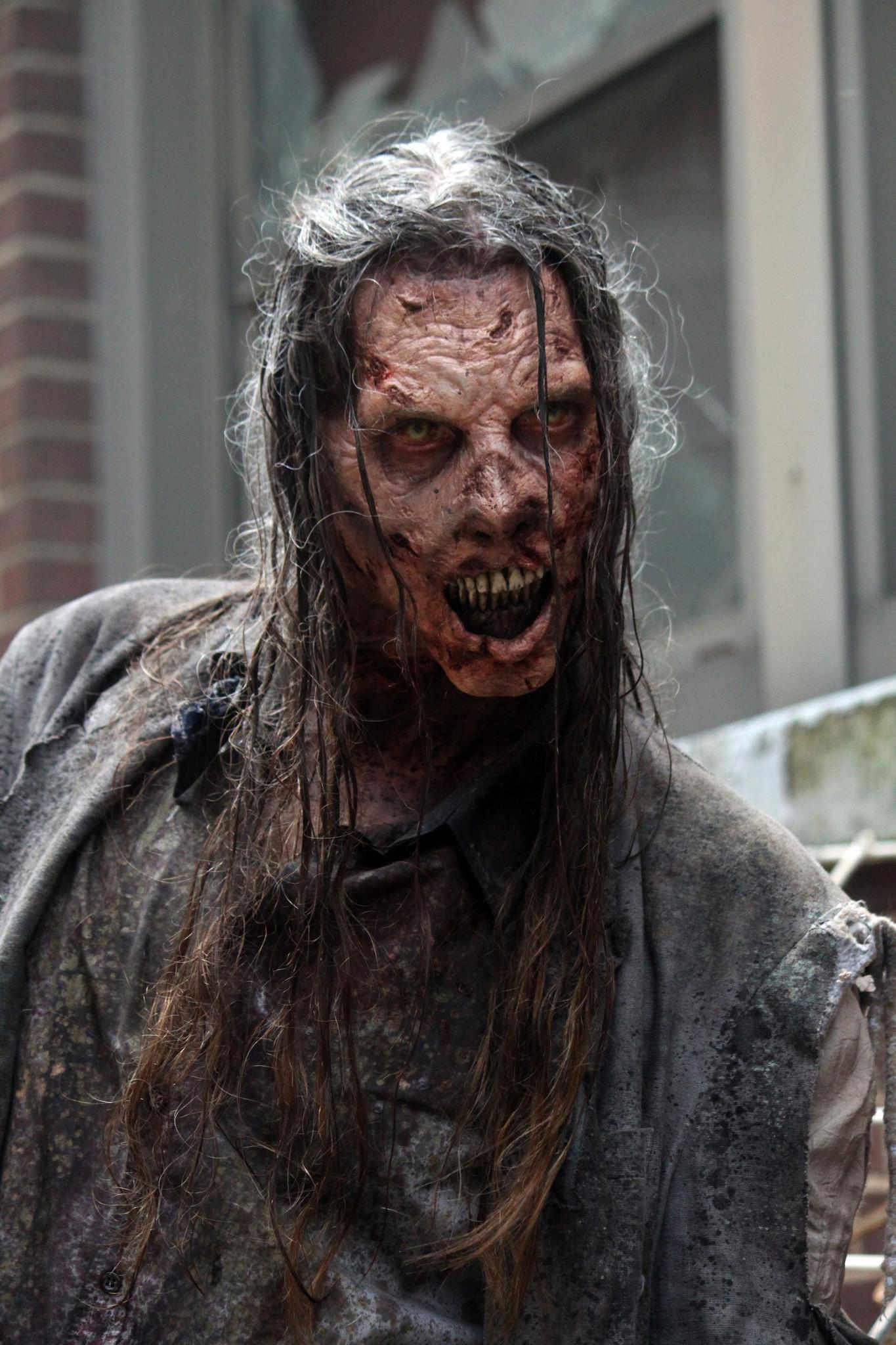 The Walking Dead: un walker affamato nella premiere della stagione 5