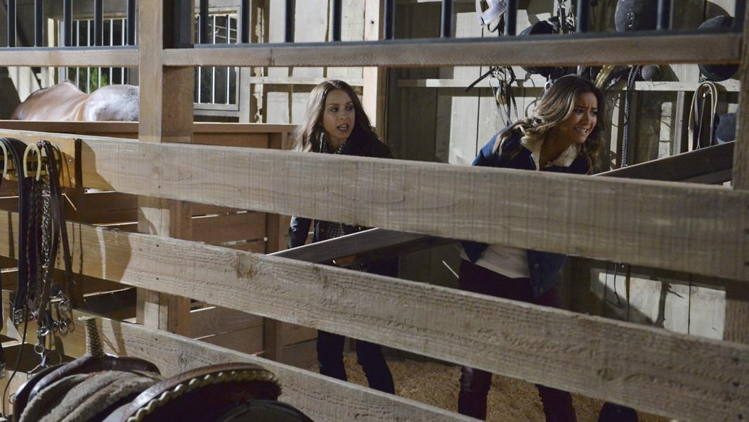 Pretty Little Liars: Shay Mitchell e Troina Bellisario in una scena d'azione nell'episodio Scream for Me