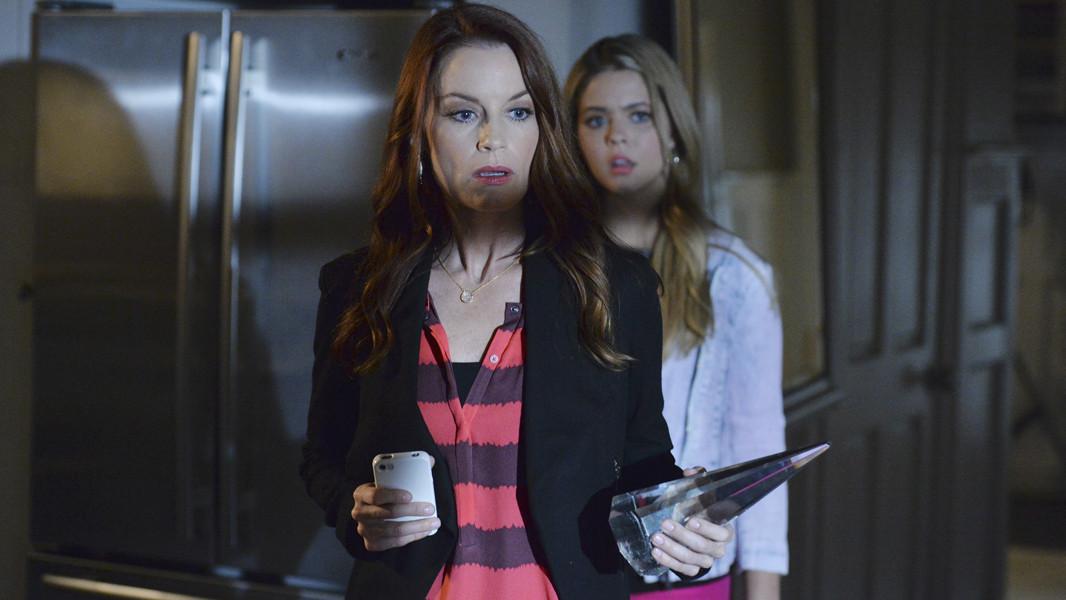 Pretty Little Liars: Sasha Pieterse con Laura Leighton nell'episodio Scream for Me