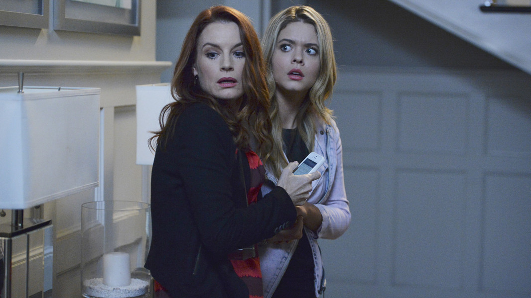 Pretty Little Liars: Sasha Pieterse e Laura Leighton nell'episodio Scream for Me