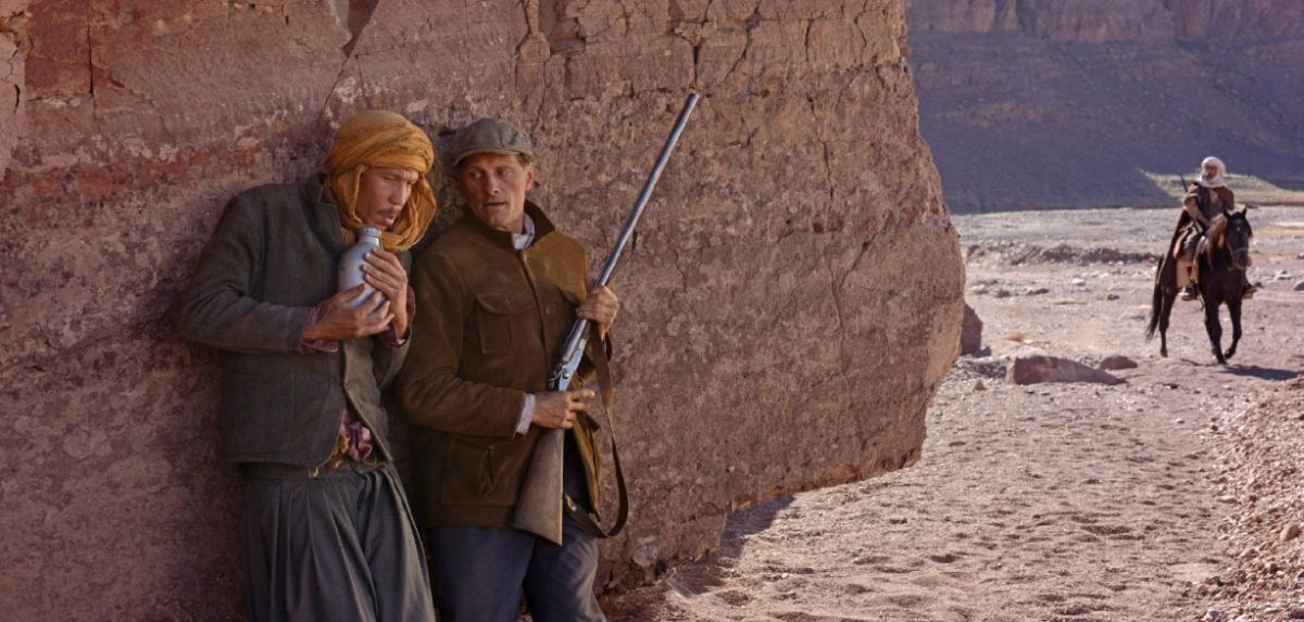 Loin des hommes: Viggo Mortensen con Reda Kateb in una scena del film