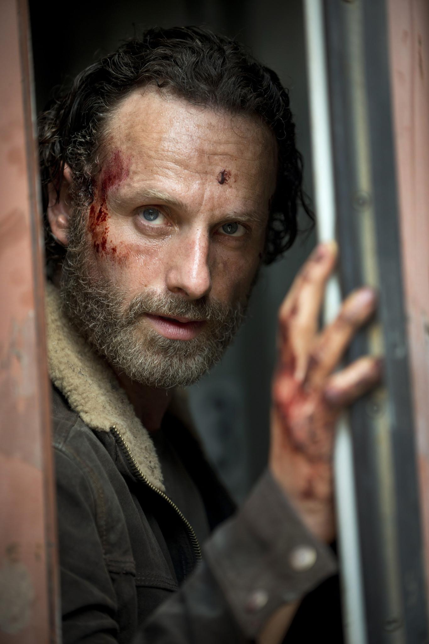 The Walking Dead: Andrew Lincoln in una scena della premiere della stagione 5