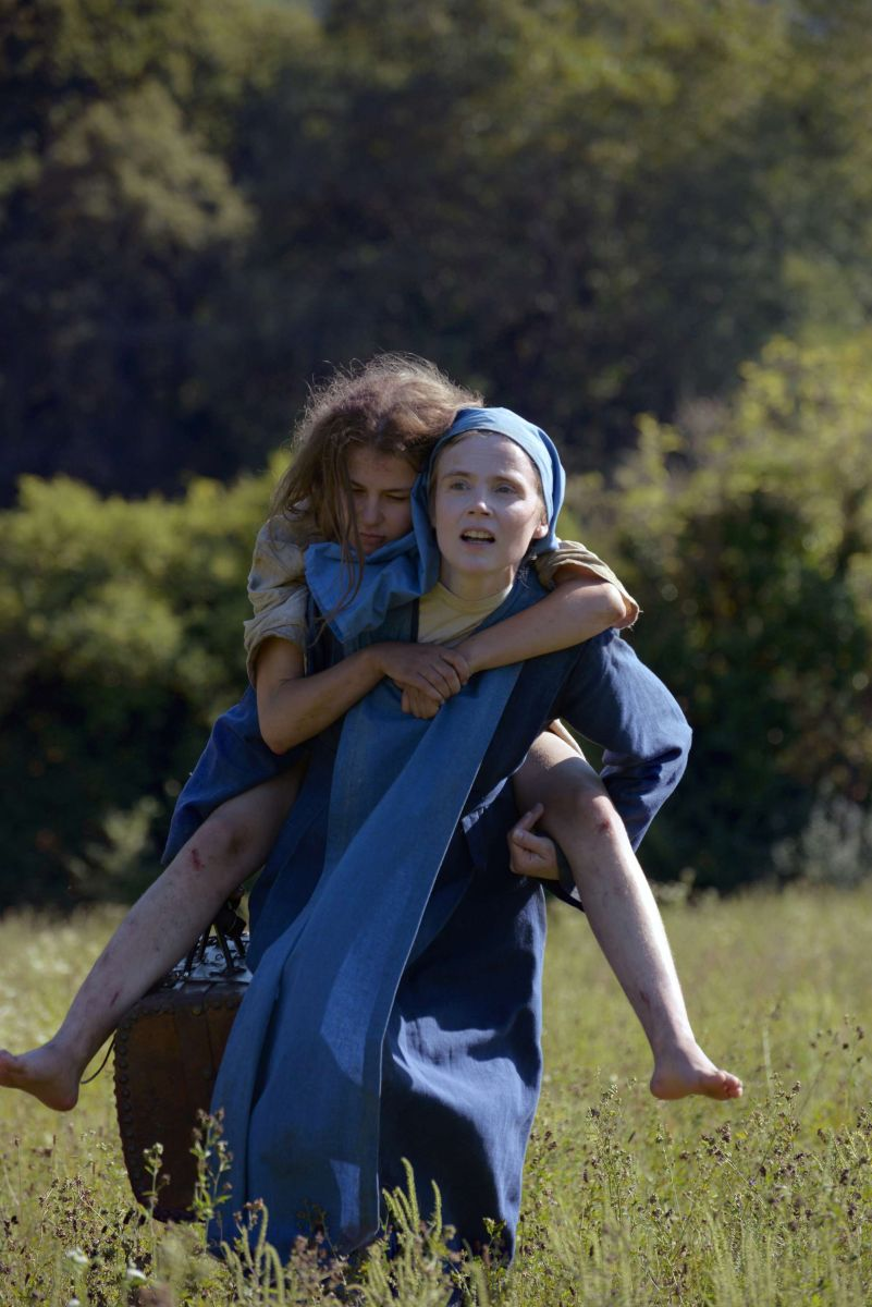 Mary's Story: Isabelle Carré insieme ad Ariana Rivoire in una scena del film