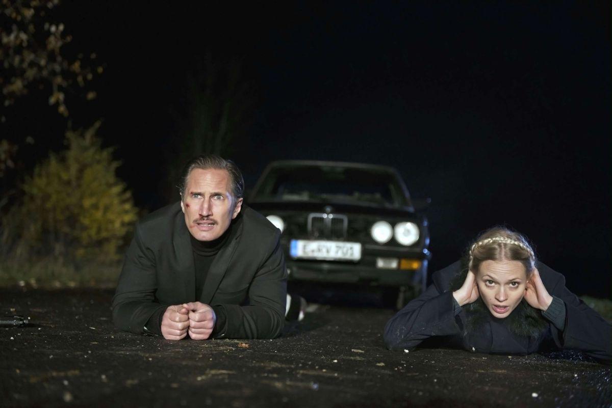 Benno Fürmann e Mavie Hörbiger in una scena di A Hitman's Solitude Before the Shot