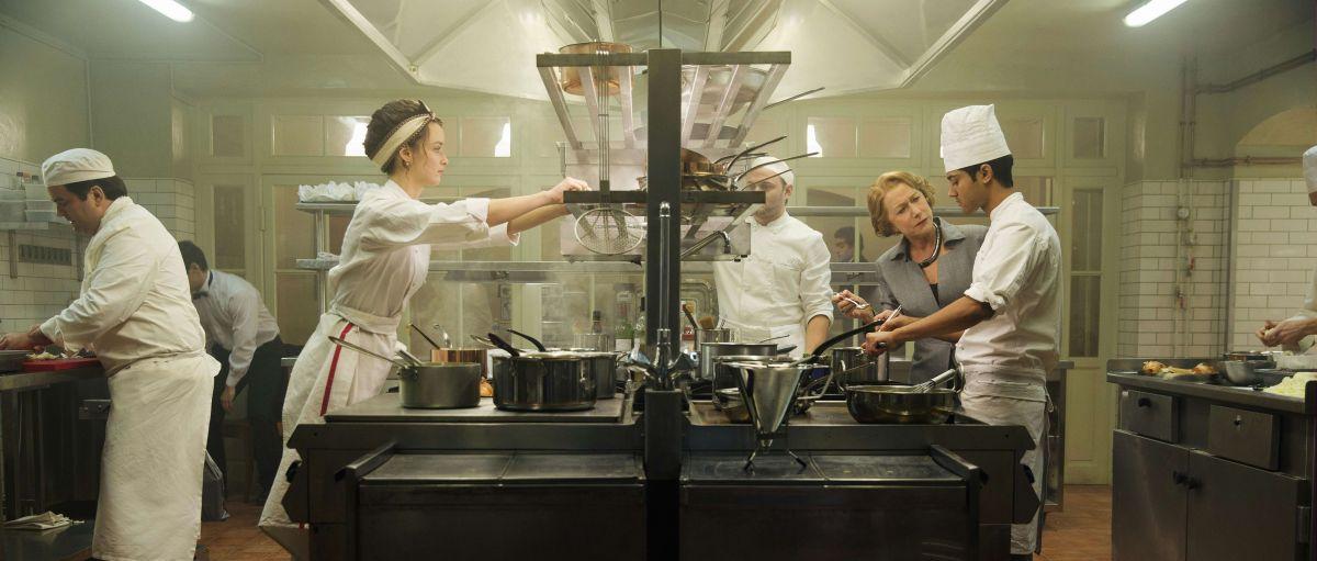 Amore, Cucina e... Curry: Manish Dayal con Helen Mirren e Charlotte Le Bon in una scena del film