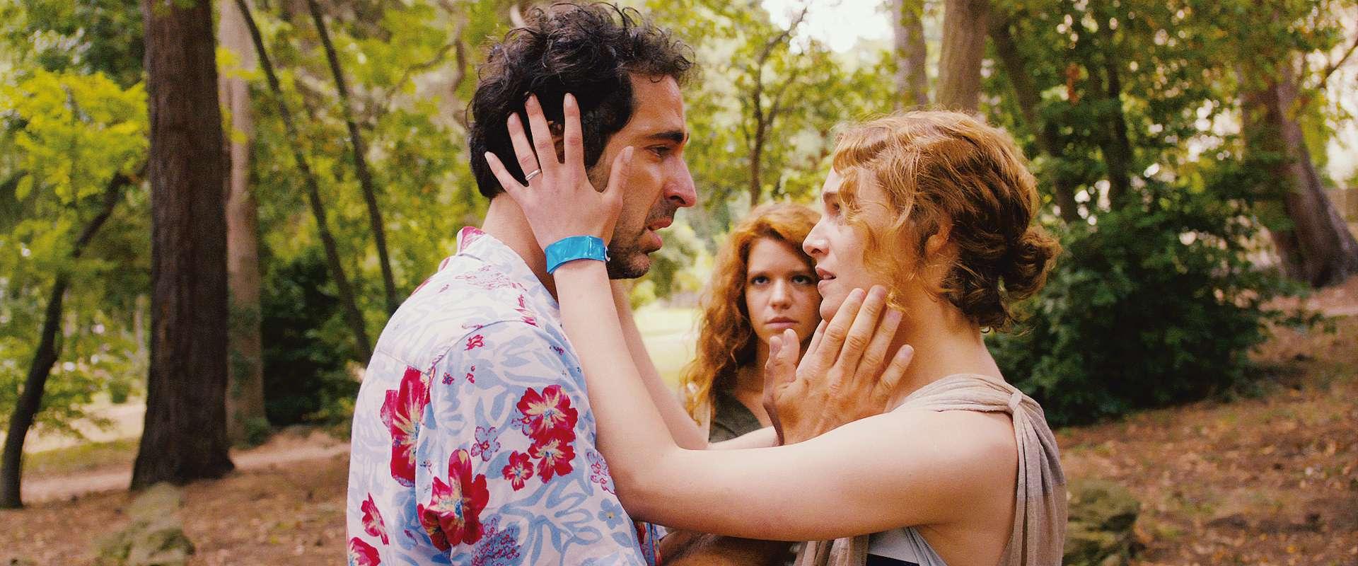 Love Island: Ariane Labed con Ermin Bravo e il  terzo incomodo Ada Condeescu in una scena del film