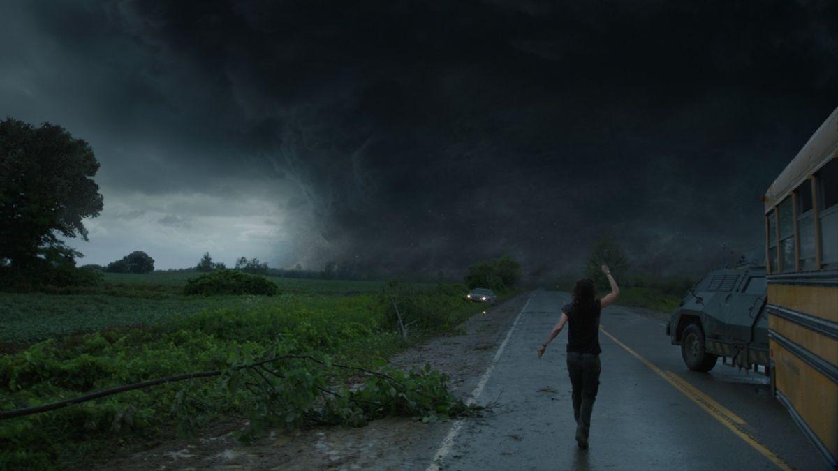 Incidenti stradali causati dal tornado in una scena di Into the Storm