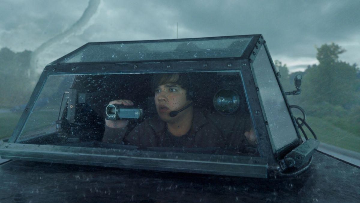 Into the Storm: Nathan Kress incredulo davanti a un tornado in una scena del film